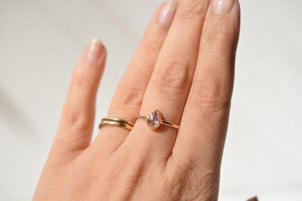 bague de fiançailles portée diamant poire