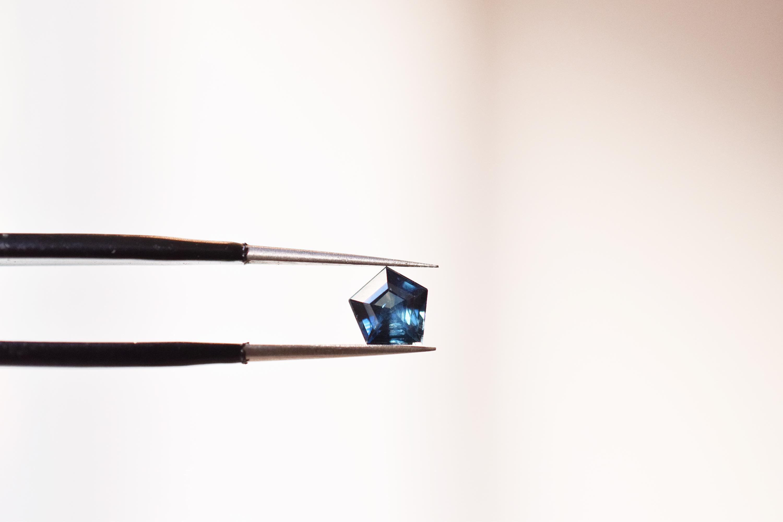 saphir-geometrique-hexagone-bleu-madagascar-bijoux-sur-mesure-lyon